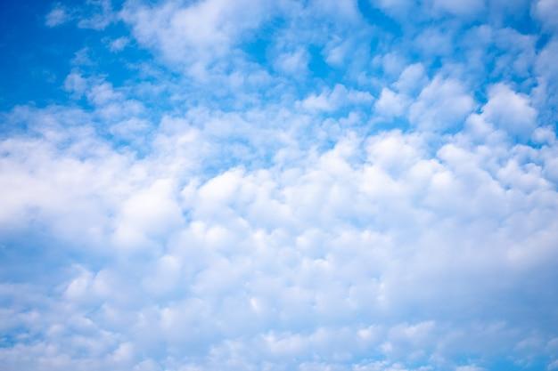 Bewölkter klarer blauer sommerhimmelnaturhintergrund
