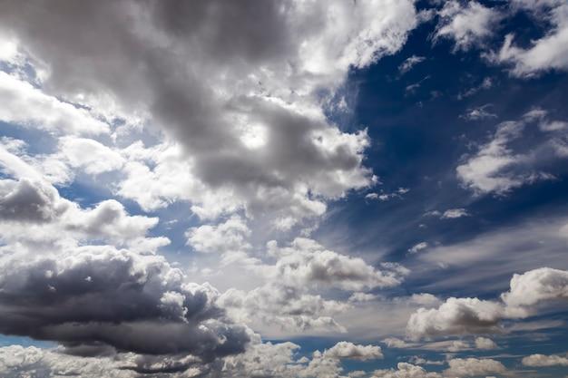 Bewölkter schöner himmel