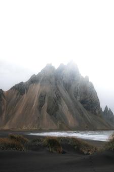 Bewölkter schwarzer sandstrand in island