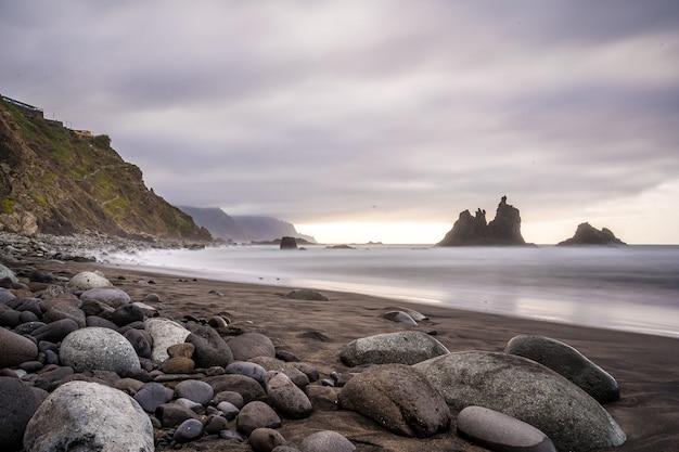 Bewölkter sonnenuntergang am benijo-strand im norden von teneriffa in spanien