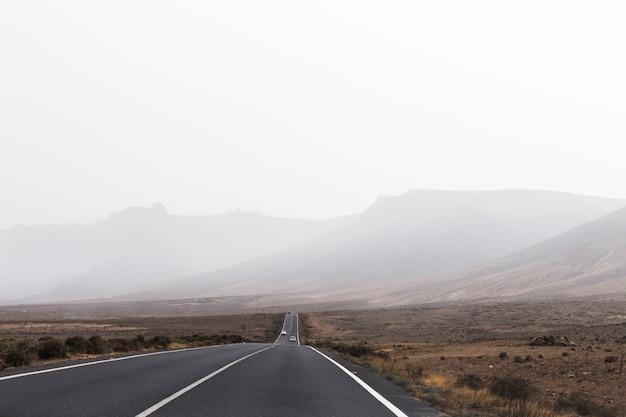 Bewölkter tag und straße als reisehintergrund. wüste. ausflug. ferien