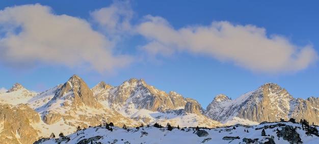 Bewundern sie die erhabenheit der berge und die lebendigkeit des sonnenuntergangs