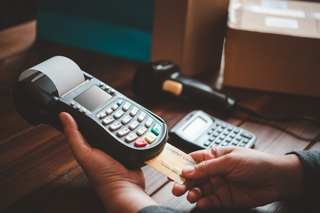 Bezahlen mit kreditkarte, kaufen und verkaufen von produkten mit einem kreditkarten-swipe-automaten