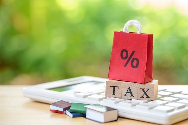 Bezahlen sie das jahreseinkommen (tax) für das jahr auf dem rechner. als hintergrund verwenden
