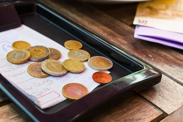 Bezahlte rechnung im restaurant