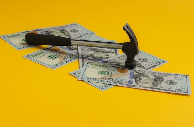 Bezahlung für reparaturen hammer mit hundert dollarnoten
