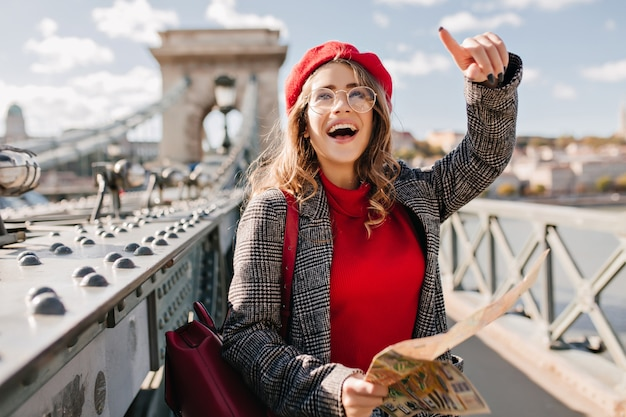 Bezaubernde touristin, die frankreich mit karte erkundet