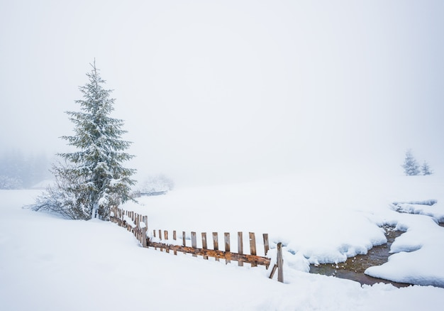 Bezaubernde winterliche malerische landschaft