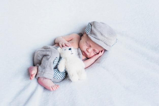 Bezauberndes baby mit spielzeug