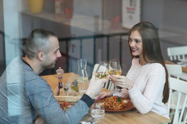 Beziehung. schönes paar im cafe