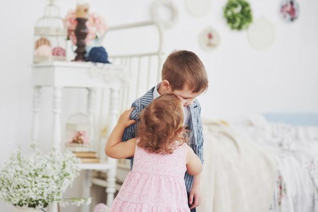 Beziehung zwischen zwei kleinen kindern. glückliche kindheit