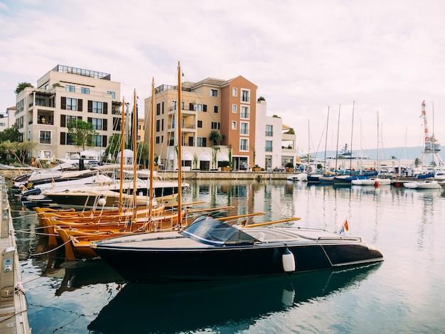 Bezirk porto montenegro, elite cottages, villen am meer, hotels und restaurants. elite-leben in montenegro, tivat. unbeweglichkeit für die reichen.