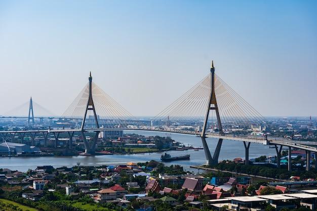 Bhumibol hängebrücke über chao phraya river in bangkok stadt, thailand