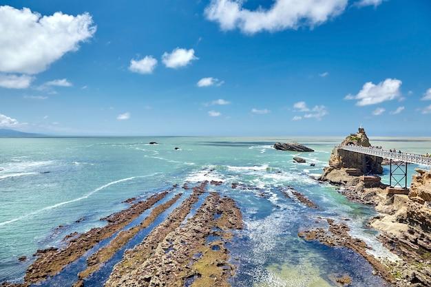 Biarritz stadt und blick auf rocher de la vierge, eine statue der jungfrau maria auf dem felsen in frankreich