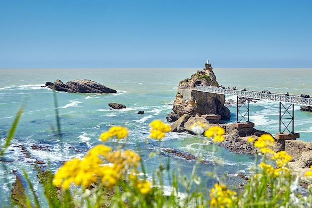 Biarritz stadt und blick auf rocher de la vierge in frankreich