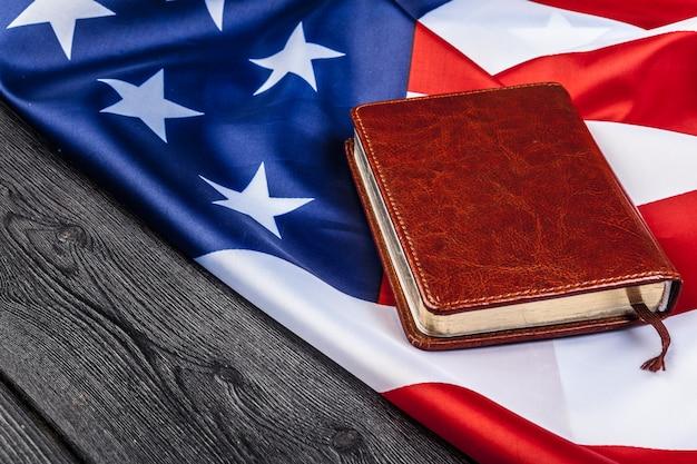 Bibel, die auf eine amerikanische flagge legt