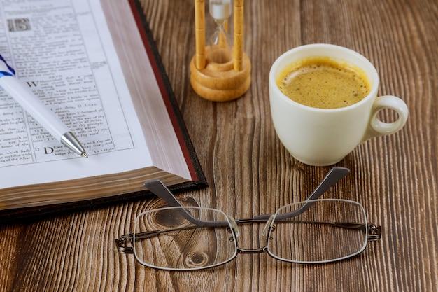 Bibel mit brille ein persönliches bibelstudium mit einer tasse kaffee