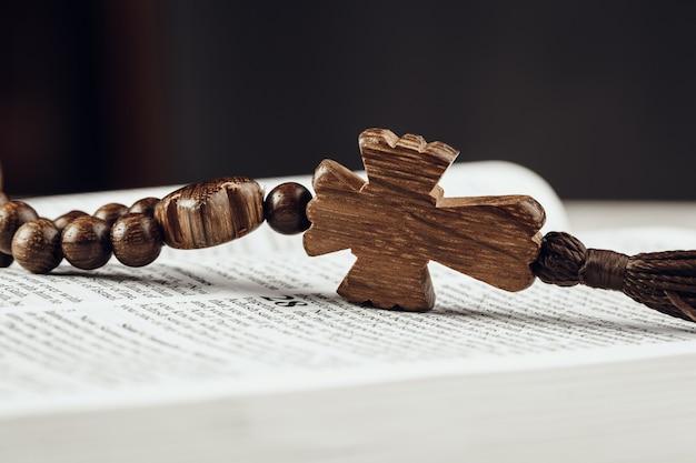 Bibel und ein kruzifix auf einem alten holztisch