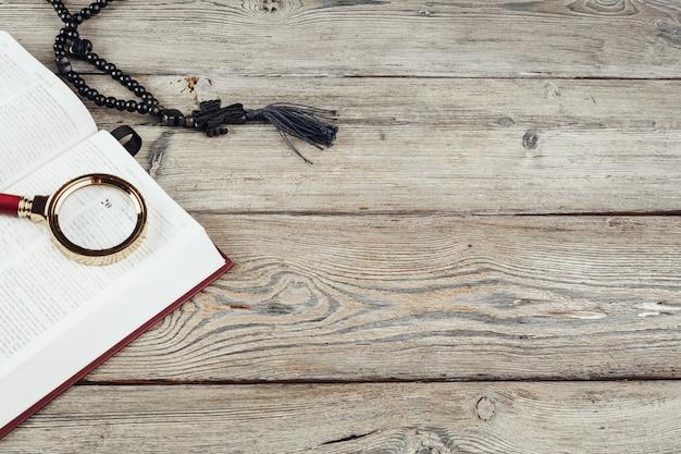 Bibel und ein kruzifix onn alter holztisch.