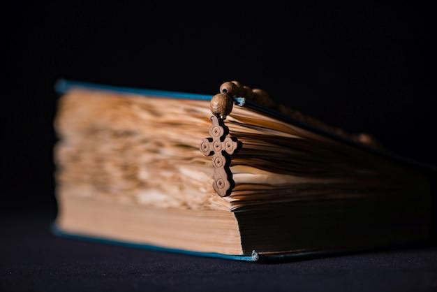 Bibel und kreuz im religiösen konzept