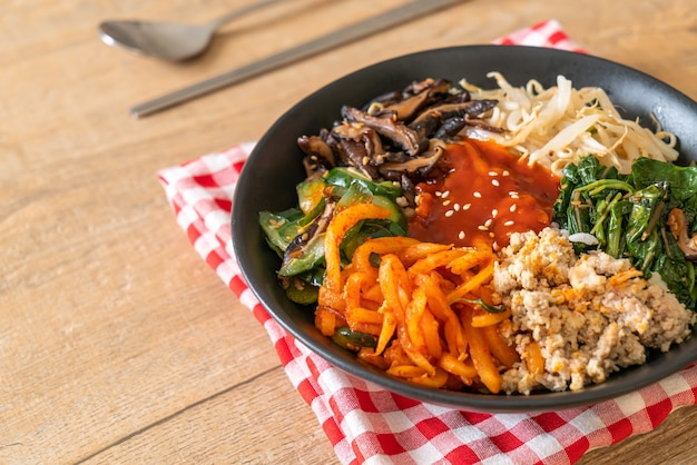 Bibimbap, koreanischer würziger salat mit reisschüssel