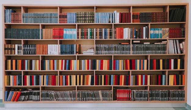 Bibliothek oder shop mit bücherregalen. bücherregale in der bibliothek oder großes bücherregal mit vielen büchern.