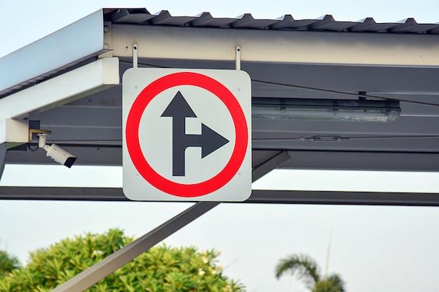 Biegen sie rechts ab und fahren sie geradeaus in den park
