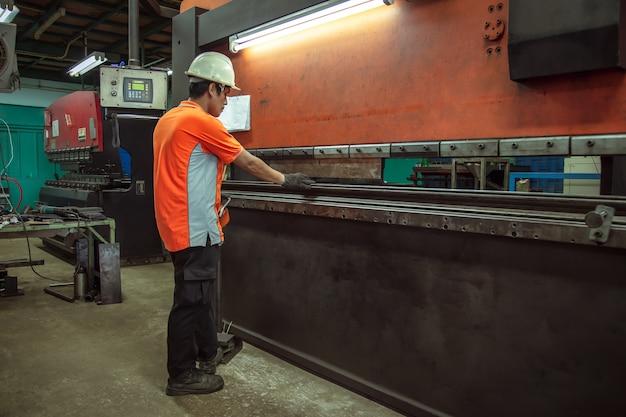 Biegende maschine, verbiegende maschine der metallarbeitskraft bei der arbeit in der fabrik.