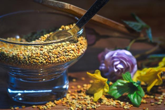 Bienenpollen. in einem glasbehälter mit einem löffel