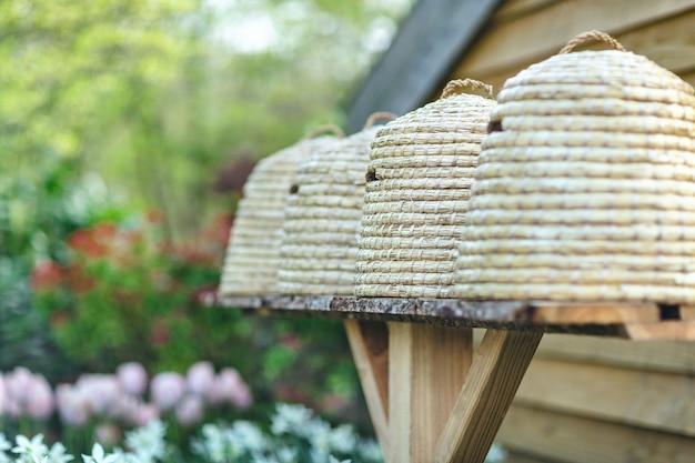 Bienenstöcke in einem garten mit blumen im hintergrund