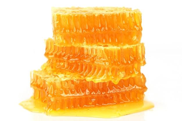 Bienenwabe auf weißem hintergrund. nützliche vitaminnahrung