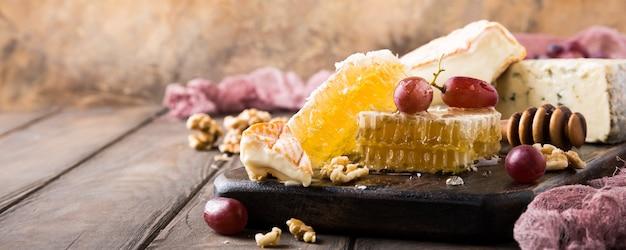 Bienenwabe mit verschiedenen käsesorten