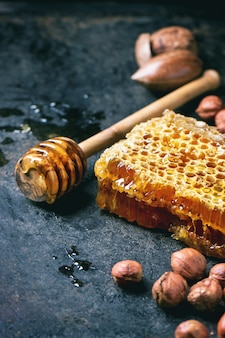 Bienenwabe und nüsse