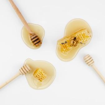 Bienenwaben mit draufsicht der schöpflöffel