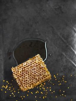 Bienenwabenstück mit bienenpollen auf küchenarbeitsplatte