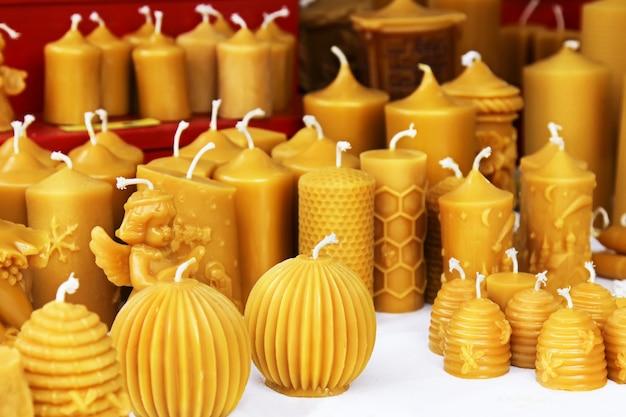 Bienenwachskerzen auf einem weihnachtsmarkt