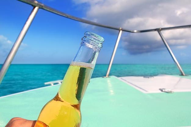 Bier auf karibischem bootsbugplattform-türkismeer
