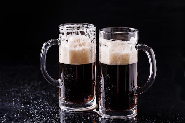 Bier auf leerem schwarzen tisch