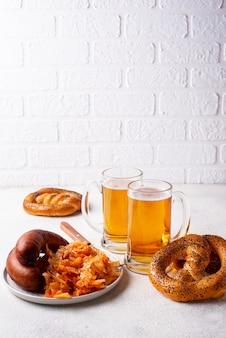 Bier, brezeln, würstchen und gedünstetes sauerkraut