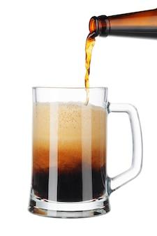 Bier, das aus flasche in das glas getrennt gießt