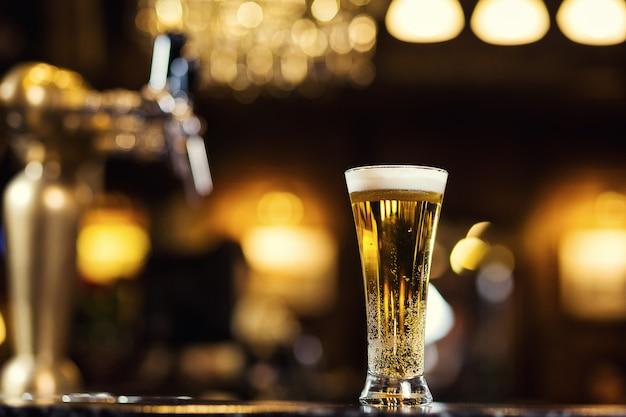 Bier, ein glas frisches kaltes bier an der bar