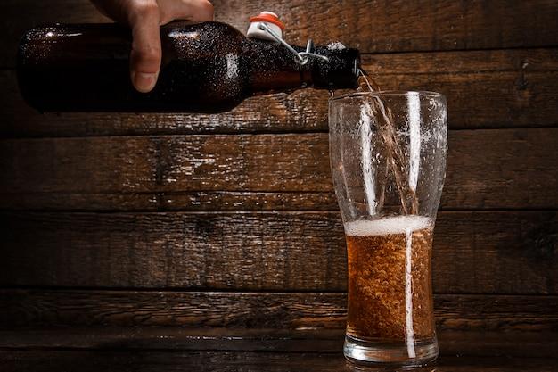Bier fließt in ein glas