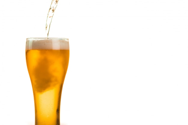 Bier gießt sich in glas