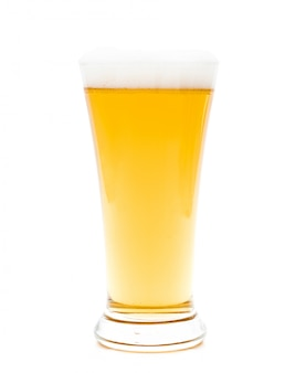 Bier in einem glas auf weiß