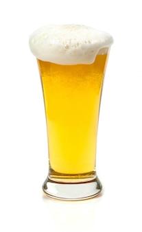 Bier in einem glas auf weißem hintergrund