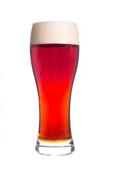 Bier in einem glas getrennt auf weißem hintergrund