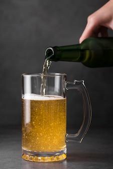 Bier in einen becher geben