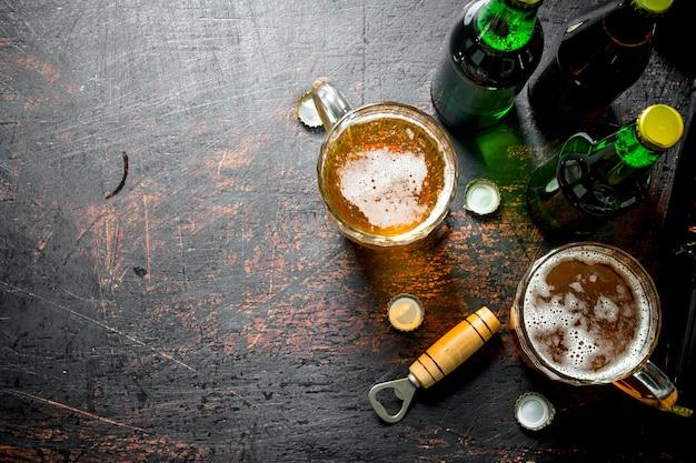 Bier in flaschen und gläsern. auf rustikalem tisch