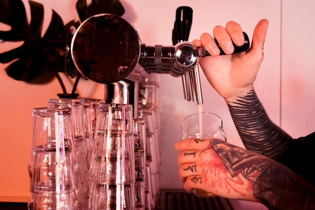 Bier in glas füllen