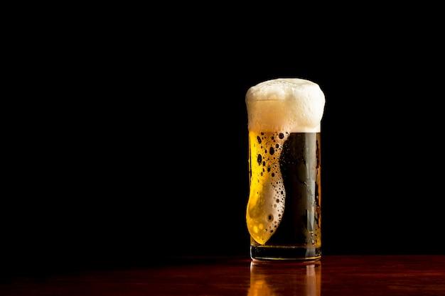 [bier] krug bier auf dunklem hintergrund, frosty glas helles bier eingestellt.